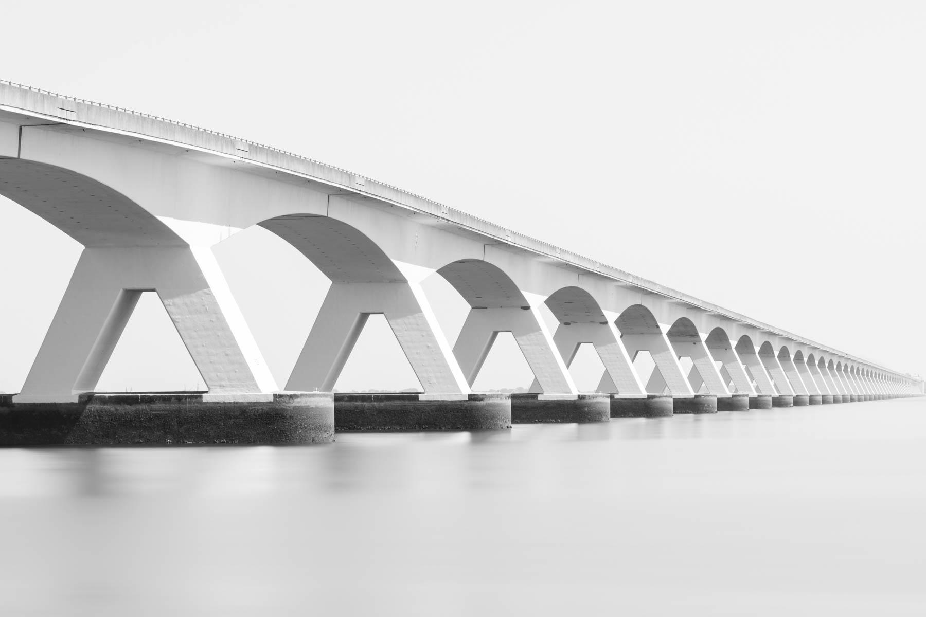 Zeelandbrug in zwart-wit met lange sluitertijd